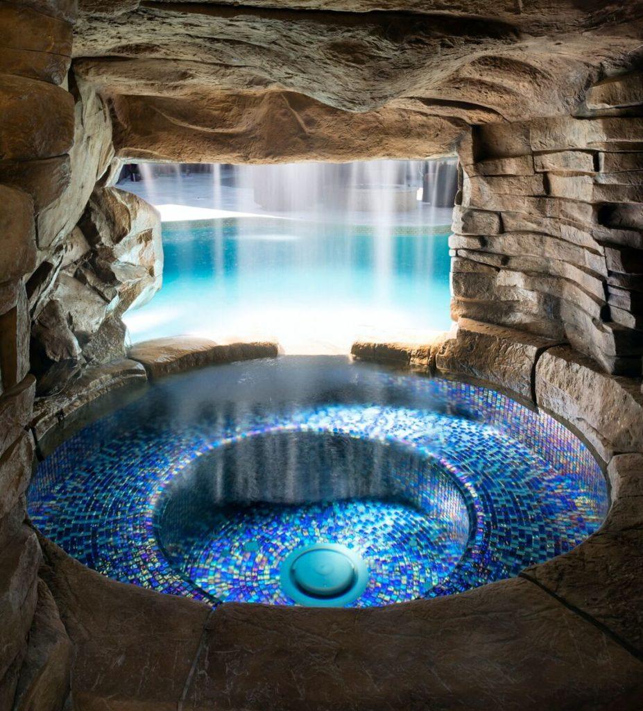 Grotte de piscine avec spa dans les bois