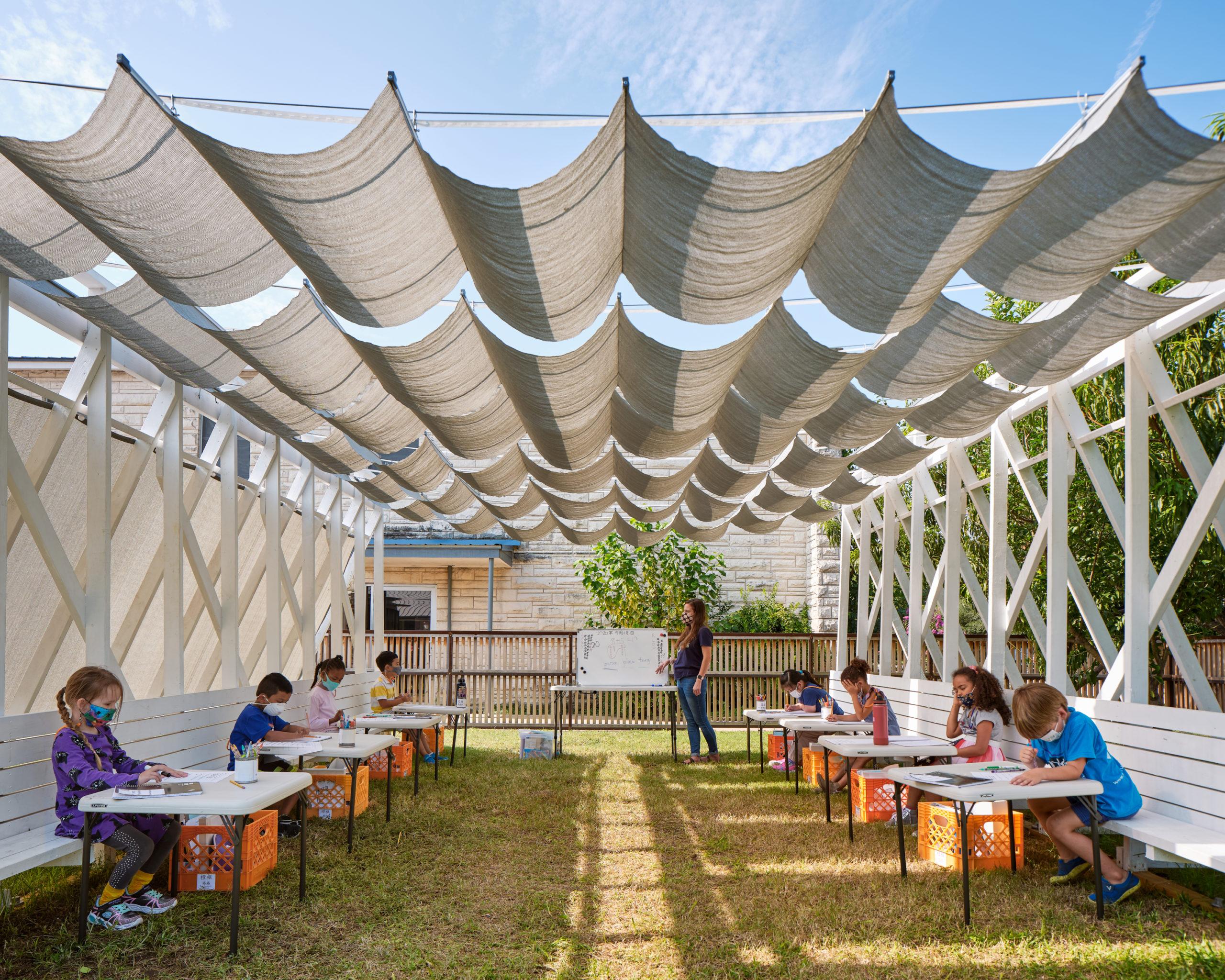 Salle de classe Pergola temporaire Tiger Covid par Murray Legge Architecture, Austin, Texus