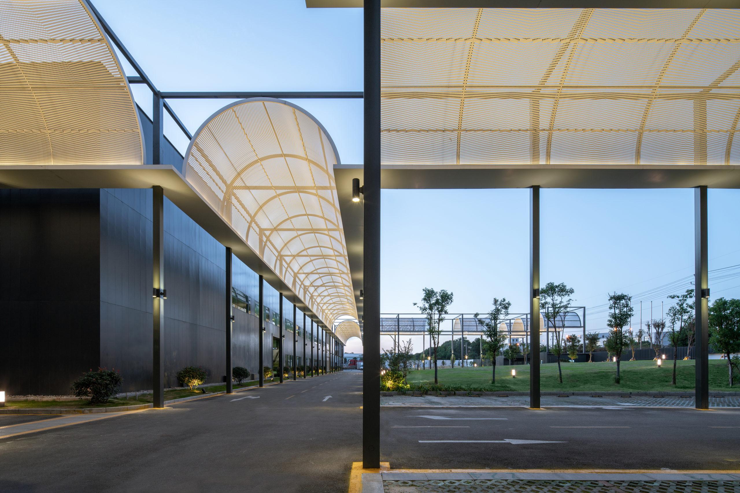 Pergola Floating Matrix: Rénovation de l'usine d'ascenseurs 3MAP à Shanghai Yangtze par ATAH, Shanghai, Chine
