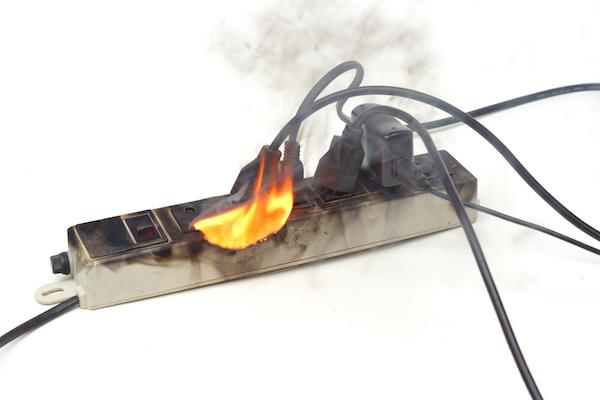 Multiprise incendiée par une surtension